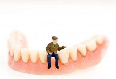 全口義齒容易脫落能用義齒穩固劑嗎?